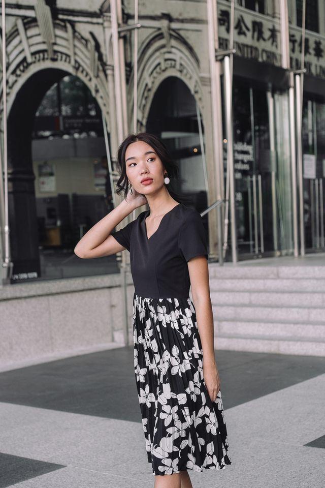 Tierra Floral Pleated Midi Dress in Black (XS)