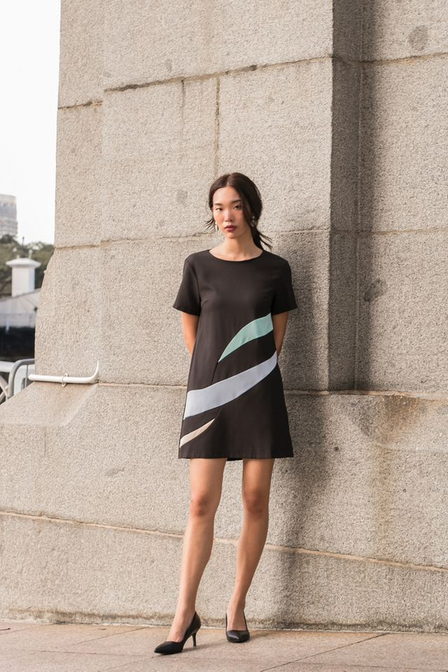 Aphra Abstract Shift Dress in Black (XS)