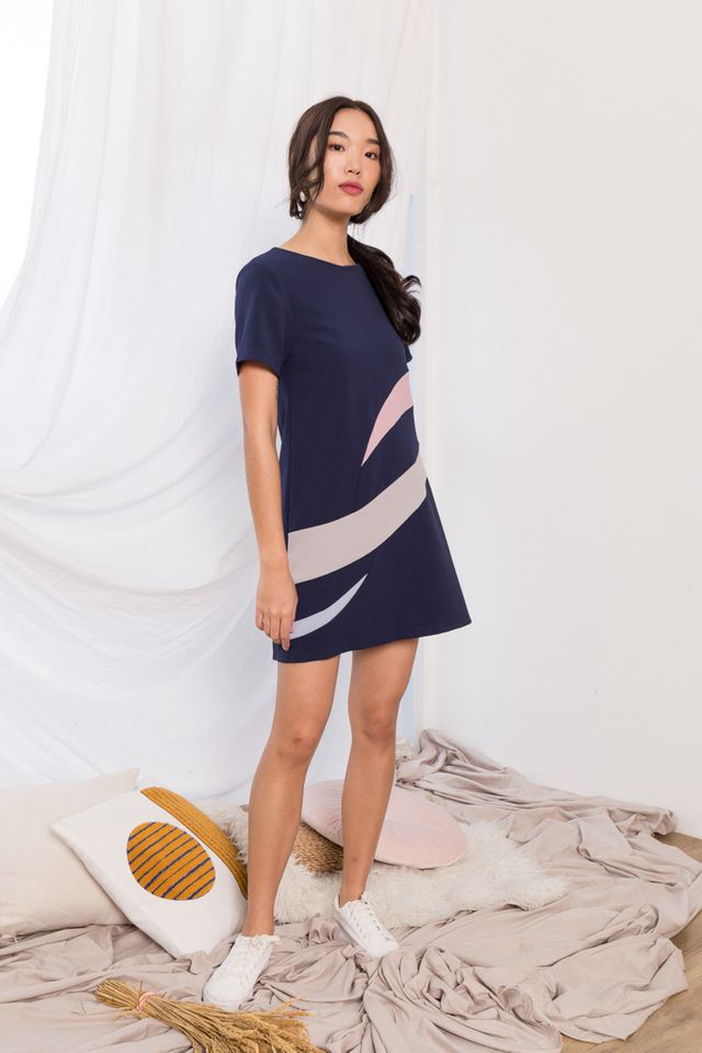 Aphra Abstract Shift Dress in Navy (XS)